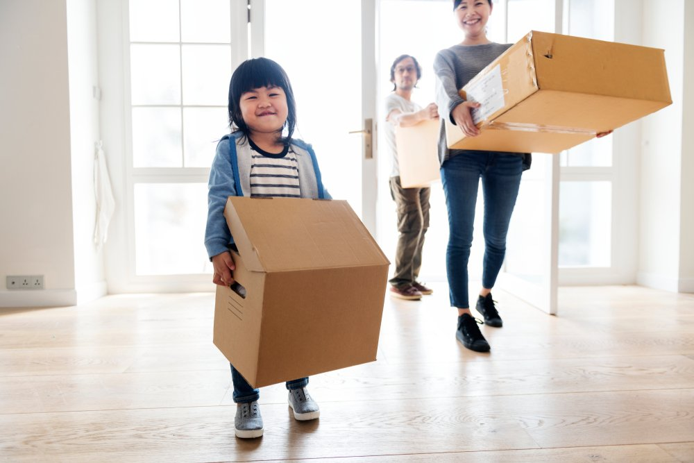 Family_moving_into_house